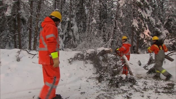 About 60 Hydro Québec crews worked around the clock Saturday night to restore power to 10,000. In total, workers have restored power to more than 85,000 clients since the outage.