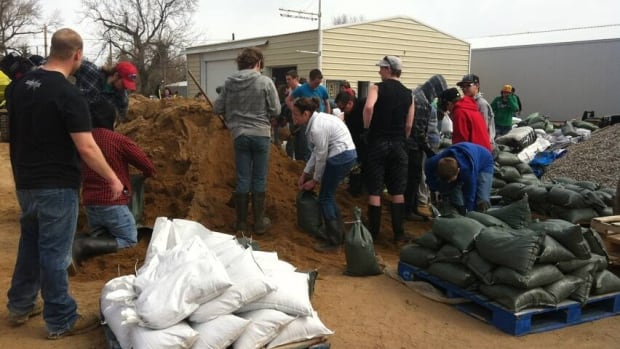Some students were given the day off of school to help fight floodwaters. (Madeline Kotzer/CBC)