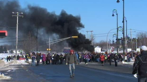 A protest against Employment Insurance reforms drew a crowd of about 300 people in Tracadie-Sheila on Monday.