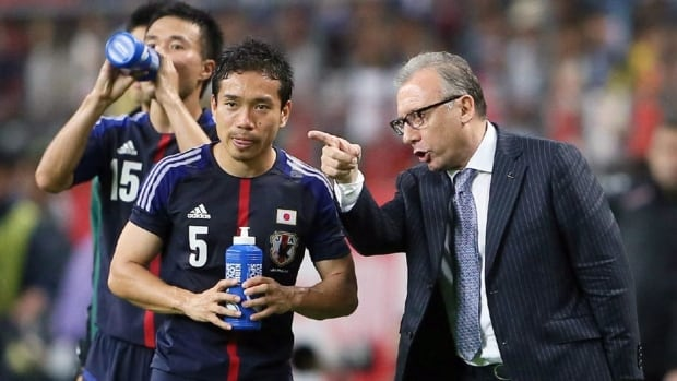 Japan head coach Alberto Zaccheroni, right, gives instructions to defender Yuto Nagatomo during a friendly on May 30.