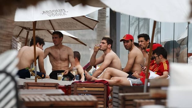 Iker Casillas of Spain, centre, enjoys a drink with teammates at the Playa Futuro on June 24, 2013 in Fortaleza, Brazil.