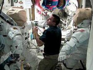 chris-cassidy-spacewalk-748102main_2013-05-10_quest