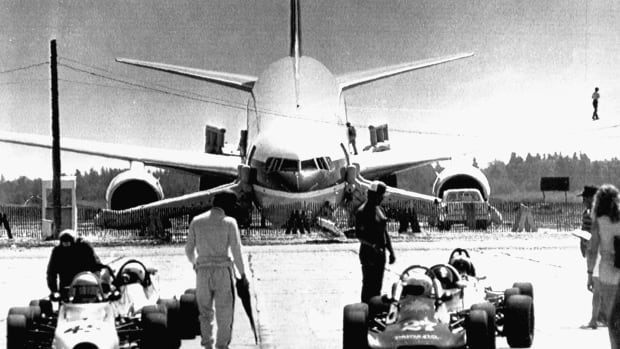 An Air Canada Boeing 767, nicknamed the Gimli Glider, dwarfs race cars using the Gimli, Man. abandoned airstip as a race track in this July 24, 1983 file photo. (Wayne Glowacki/THE CANADIAN PRESS/Winnipeg Free Press)