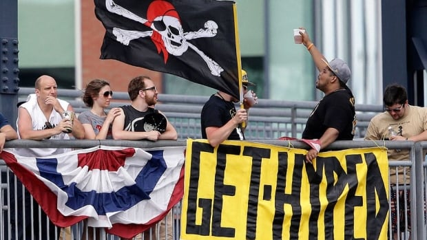 """Manny Sanguillen, a catcher on the Pirates' 1971 and 1979 World Series title teams, says fans in Pittsburgh are different this season. """"I walk down the street, they shout over at me. That wasn't happening [the] past few years."""""""