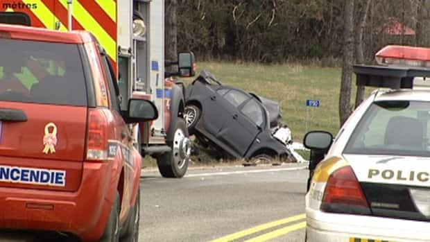 One man died after a head-on crash along Hwy. 148 near Papineauville, Que. Tuesday morning.