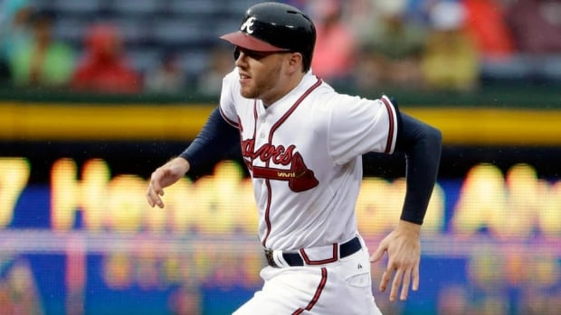 The Braves' Freddie Freeman jammed his left thumb on the first play of Saturday night's 5-2 win over the Reds.