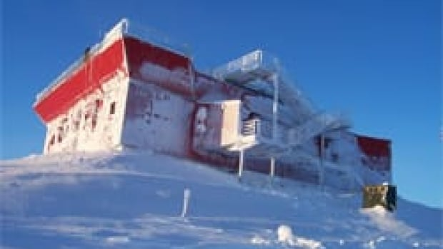 The Polar Environment Atmospheric Research Laboratory is located at Eureka, Nunavut, on Ellesmere Island, at a latitude of 80 degrees north.