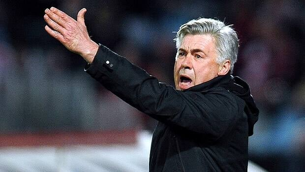 Paris' coach Carlo Ancelotti shouts to his players during the French L1 football match Lille vs PSG.