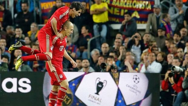 Bayern's Arjen Robben, right, celebrates after scoring the opening goal with teammate Javi Martinez during the Champions League semifinal second leg soccer match against FC Barcelona at the Camp Nou stadium in Barcelona, Spain, on Wednesday.