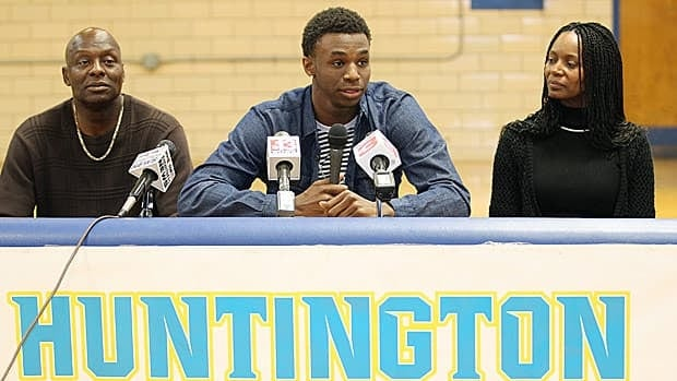 Canadian Andrew Wiggins, centre, flanked by his parents Mitchell Wiggins and Marita Payne-Wiggins, announced his choice Tuesday at St. Joseph High School in Huntington W.Va.