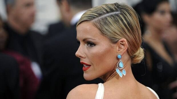 Kathleen Robertson arrives at the 69th Annual Golden Globe Awards Sunday, Jan. 15, 2012, in Los Angeles.