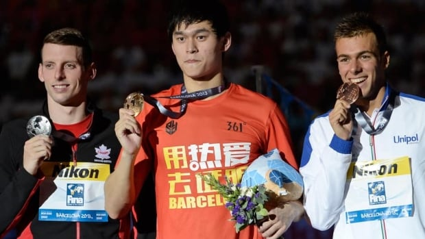 From left, Canada's Ryan Cochrane, China's Sun Yang, and Italy's Gregorio Paltrinieri hold their medals after the presentation for the men's 1500m freestyle event at the FINA Swimming World Championships in Barcelona, Spain, on Sunday.