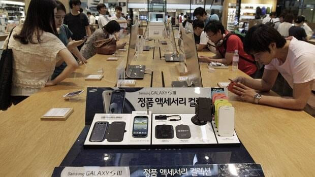 Shoppers try out Samsung Electronics' Galaxy S III smartphones in Seoul in July 27. A labour rights watchdog has accused one of Samsung's Chinese suppliers of employing children.