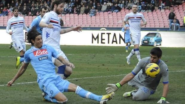 Napoli's Edinson Cavani, left, can't find the range against Sampdoria goalkeeper Segio German Romero on Sunday in a game that would end scoreless, hurting Napoli's chances of catching leader Juventus.