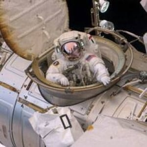 sm-220-astronaut-spacewalk-00710756