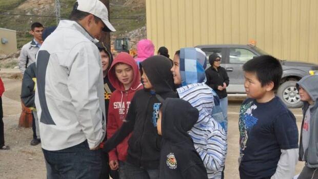 Jordin Tootoo meets with fans in the Nunavut hamlet of Kimmirut.