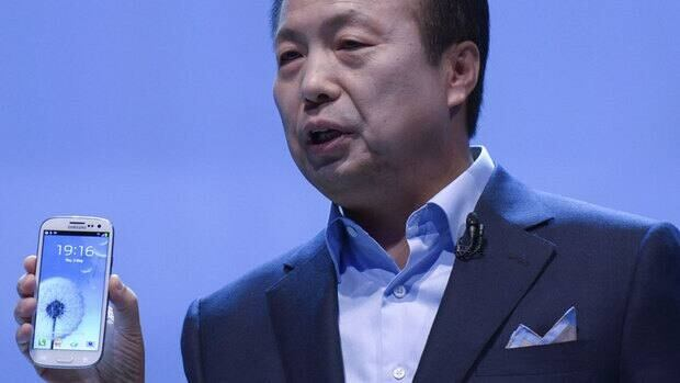 JK Shin, president and head of Samsung's mobile division, presents Samsung Electronics' new Samsung Galaxy SIII smartphone in London on Thursday.