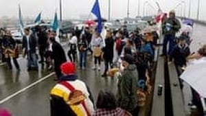 hi-bc-120928-marpole-midden-protest-3col