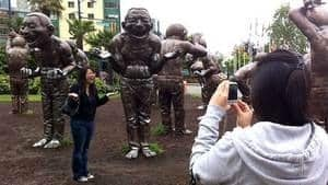 hi-bc-120724-laughing-statues-pose-4col