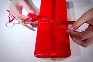 si-christmas-gift-300-getty-136031507