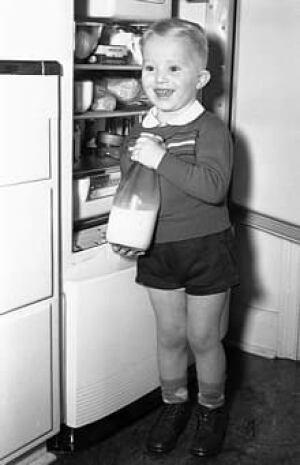 si-220-boy-with-milk