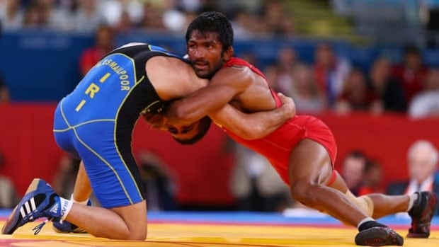 India's Yogeshwar Dutt, wearing red, wrestles Iran's Masoud Esmaeilpoorjouybari at the London Olympic Games on Aug. 11.