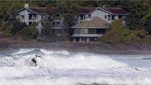 hi-bc-110506-tofino-surfer-4col