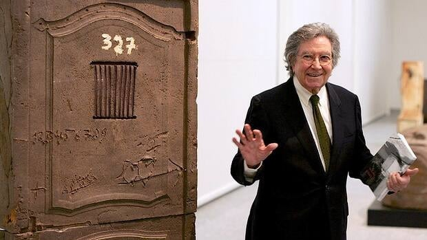 Spanish sculptor Antoni Tapies, seen at a 2004 exhibition of his work in Madrid, has died.