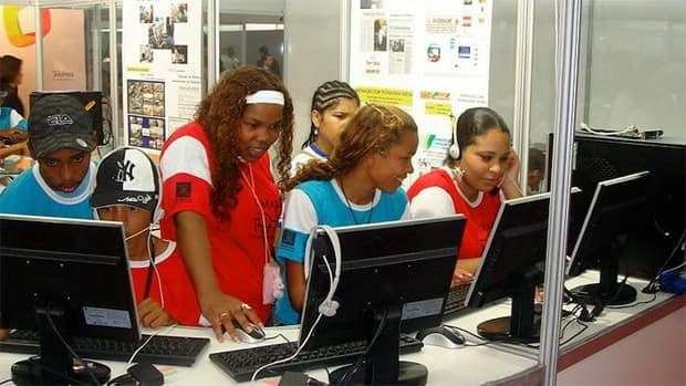 Students in Brazil use multiple stations all powered by a single computer running MultiSeat software.