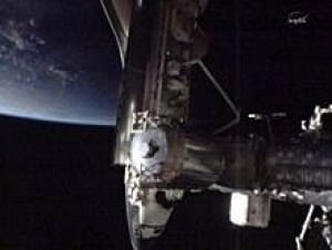 sm-220-space-shuttle-docking-00692172