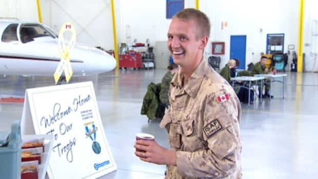 The 16 soldiers returned to Edmonton after a three-month deployment training Afghan troops. (Dave Bajer/CBC)