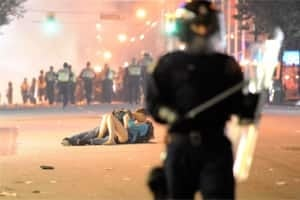 si-vancouver-riot-kissing-300