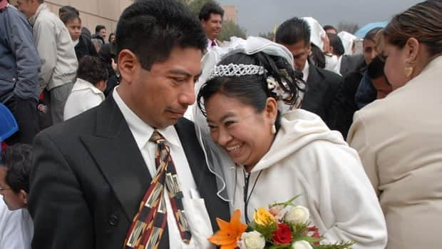 Mexican newlyweds pose on Valentine's Day in 2008. If a proposed law passes in Mexico City, couples could opt for a two-year marriage license, test out married life, and then renew their licenses if they are still happy.