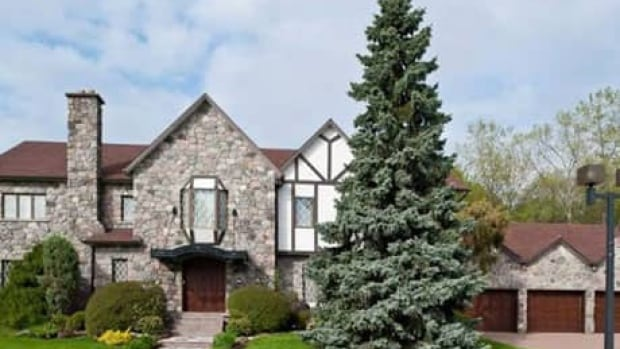 The Montreal home of reputed mob boss Vito Rizzuto, who is currently residing in a U.S. prison for racketeering, is up for sale.