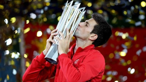 Novak Djokovic extended his winning streak in China to 20 consecutive matches on Sunday.