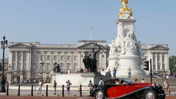 A 44-year-old man was apprehended as he tried to run past security at a gate leading into Buckingham Palace.
