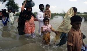 tp-pakistan-flood-wading-91