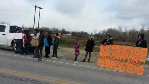 Manitobans protest in solidarity with New Brunswick First Nation.