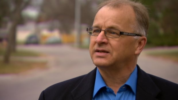 Former Manitoba Liberal leadership candidate Bob Axworthy said he has left the party.