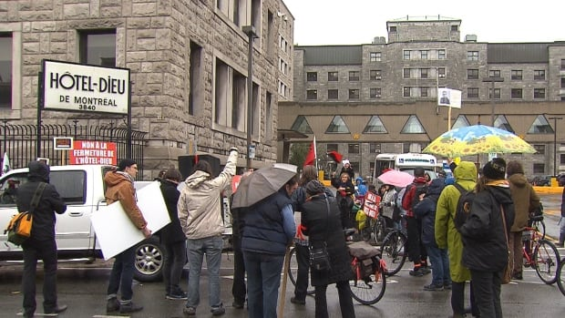 Demonstrators gathered at the Hôtel-Dieu hospital site Saturday to protest against the possible conversion of the building to luxury condominiums when services move to the CHUM superhospital.