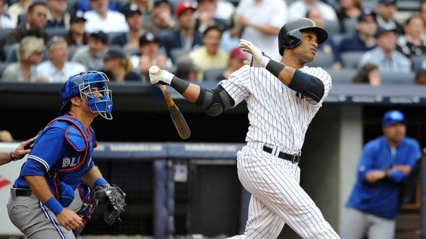 New York Yankees slugger Robinson Cano turned down his club's $14.1 million US qualifying offer on Monday.