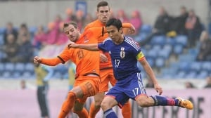 Dutch midfielder Rafael van der Vaart, left, vies with Japan's midfielder Hajime Hosogai during their match at the Fenix Stadium on Saturday in Genk.