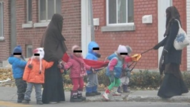 A photograph posted online of two Montreal daycare workers wearing niqabs has sparked thousands of comments online.