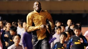 Olympic sprint champion Usain Bolt, seen here warming up with children at an athletic clinic in Tokyo on Friday, says he would like to shatter his 200-metre record of 19.19 seconds in 2014.