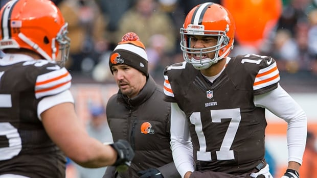Quarterback Jason Campbell  of the Cleveland Browns leaves the game with an injury during the first half against the Pittsburgh Steelers at FirstEnergy Stadium on November 24, 2013 in Cleveland, Ohio. The Browns signed QB Alex Tannery to back-up Brandon Weeden until Campbell returns from injury.