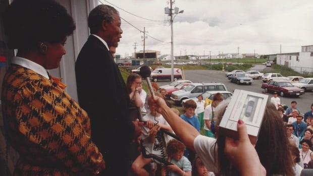 Nelson Mandela agreed to an impromptu meeting with anti-apartheid activists during a stopover in St. John's in June 1990.