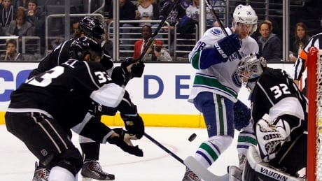 Kings top Canucks in Jonathan Quick's return