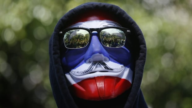 Thousands of anti-government protesters set up blockades at several major intersections as they sought to cripple Thailand's capital Bangkok, stepping up pressure on Prime Minister Yingluck Shinawatra to resign.