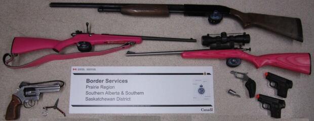 Guns seized at border skpic