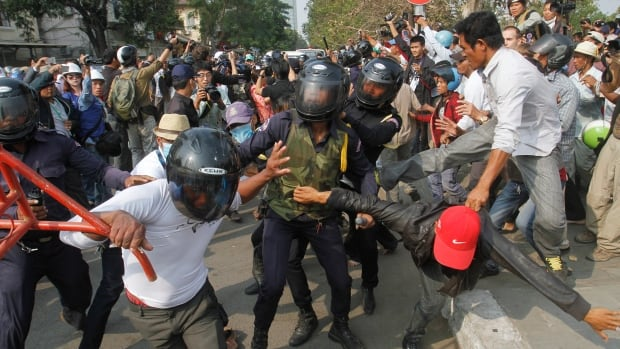 Protesters clash with security guards as they attempt to break through to Freedom Park in central Phnom Penh January 26, 2014.  Samrang Pring